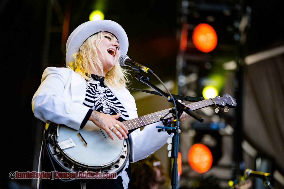 Elle King playing the Stawamus at Squamish Valley Music Festival 2015